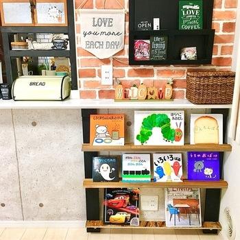 子供の絵本は子供が取りやすい高さに収納することが大切です。カウンター下のデッドスペースを活用したこちらの絵本スタンドは、表紙が見えるので小さな子供にとってもわかりやすいですよ。 飾りながら収納できるところも魅力で、絵本だけでなく表紙がおしゃれな雑誌などを並べても◎