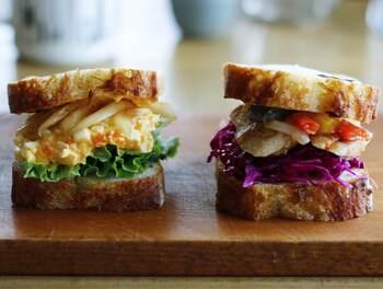 紫キャベツを入れるだけでいつものサンドイッチがぐっと華やかに。見た目の良さだけでなく食感も抜群です。
