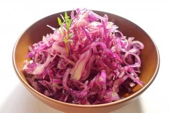 単品でお惣菜として食卓を彩ってくれる紫キャベツ。和食にも洋食にも和洋折衷料理にも合うので、保存が効くマリネやザワークラウトなど、作り置きしておくといざというときに助かります。