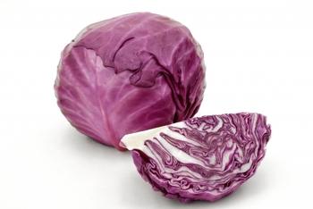 紫キャベツを選ぶときは、芯の切り口に注目しましょう。切り口が新しく、葉の部分は割れがなく全体として、持ったときに重みがあるものが良いでしょう。カットしてあるタイプも、切り口の色をチェック!黒ずんでいなくて切り口がきれいで、芯の高さは全体の3分の2以下のものを選ぶのがおすすめです。