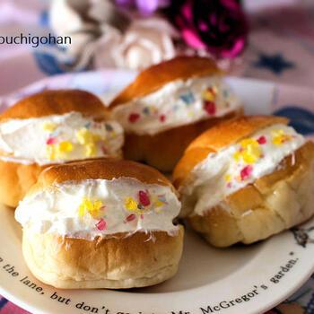 ダイエット中でも食べられるように、パンはミニロールを使用。クリームは、ヨーグルト入りのライトなものにしています。これなら、あまり罪悪感なく楽しめそうですね。