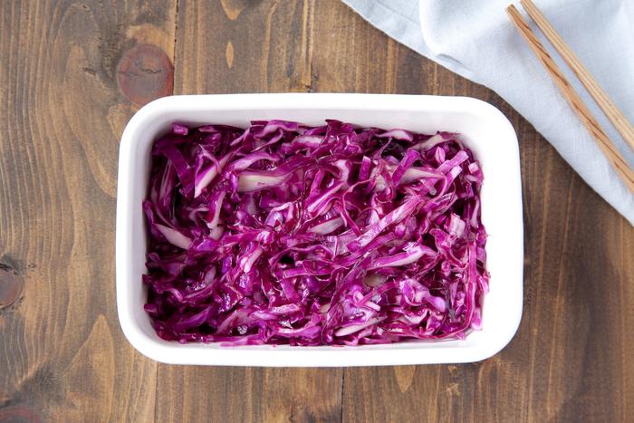 オリーブオイルや白ワインビネガーで作る基本の紫キャベツのマリネ。色鮮やかに仕上がり、これだけでお皿に盛っても食卓のアクセントになるうえに、お弁当や付け合せにも使えます。少し時間をおいて味をなじませることで、よりおいしくなるので、夕食の付け合せに使う場合は早めに作っておくと良いかも。