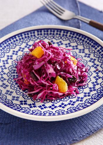 千切りした紫キャベツとオレンジに、さらにオレンジ果汁入りのドレッシングをかけた、フレッシュなサラダ。暑い日の食卓に涼をもたらしてくれるようなさわやかなサラダですが、色合い的にハロウィンの時期にも似合いそう。