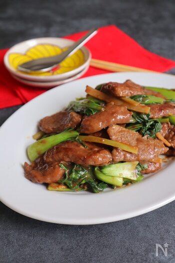 牛肉とチンゲン菜を使った、シンプルな中華炒め。使用する調味料は、オイスターソースと塩こしょうだけなので、ちょっと疲れたなぁという日にもサクッと作れますよ。一番最初に、ネギやにんにくをよく炒めて香りを出すようにすると、食材の美味しさが引き立ちます。