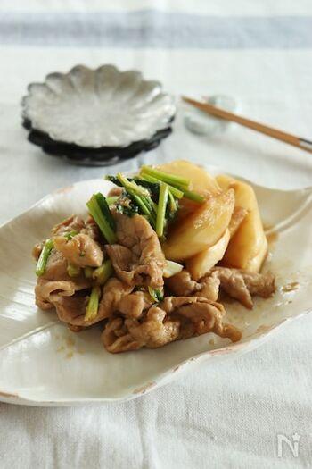 豚肉とカブを甘辛く炒めたレシピ。豚こま肉は下味をしっかりとつけ、小麦粉をまぶしてから加熱しましょう。このひと手間で、お肉が柔らかく仕上がるほか、タレにとろみがついて具材と絡みやすくなり、美味しさがアップします♪