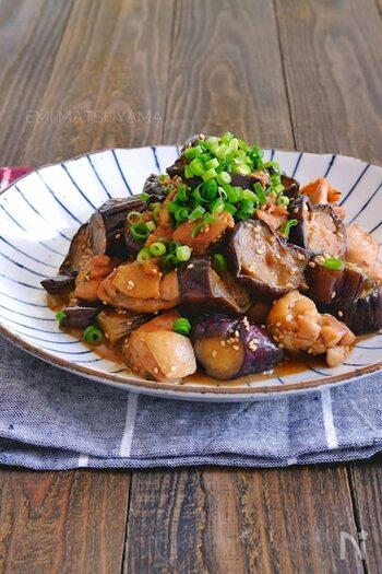 鶏肉と茄子を炒めたら、お砂糖や和風だしを加えた醤油ぽん酢で蒸し煮にするだけの簡単レシピです。鶏肉はもも肉を使うと、よりジューシーな一品に。最後に白ごまと青ネギを散らすと、香りも彩りもよくなって◎