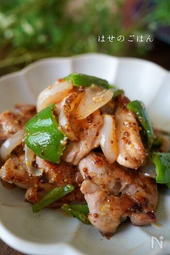 甘酸っぱいハニーマスタードソースの炒めものは、一度ハマると箸が止まらなくなってしまうかも!鶏肉はしっかりめに焼色をつけて、カリッと。野菜は少し歯ごたえを残すようにするのがおすすめです。お好みで、最後にブラックペッパーをふりかけると、味がピリッと引き締まります。