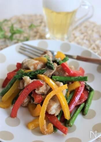 アスパラとパプリカのシャキッとした食感が美味しい、マヨネーズ風味の炒めものです。たっぷり作ってメインおかずにするのはもちろん、彩りのよい副菜として食卓に並べてもいいですね。油の代わりにマヨネーズを使って食材を炒めると、コクが増して味わい深くなりますよ。