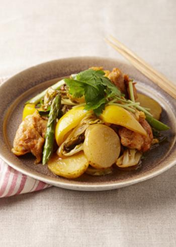 韓国風炒め物「タッカルビ」。醤油とみりんに適量のコチュジャンを加えた甘辛いタレで炒めているので、白いごはんによく合います。一皿でたっぷりの春野菜がいただけるとあって、ヘルシーなのに満足感のあるレシピです。