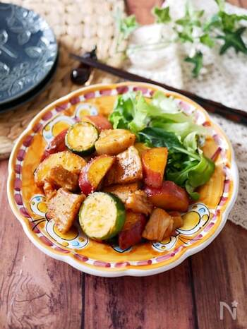 焼き肉のタレにケチャップとにんにくチューブを加えて、塩コショウで味を整えれば、お手軽BBQソースが完成! 甘めのソースが具材にしっかり絡んで、ごはんもお酒も進みます。BBQソースは、トマトやナスなどの夏野菜にも合うので、その日の気分で野菜を変えてみても◎