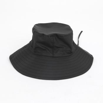 長めのつばが特徴のブーニーハット。ブーニーハットとはジャングルハットとも呼ばれ、360度のつばとあご紐がついた軍用帽子のこと。