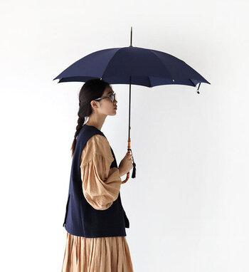 150年もの歴史を誇る世界を代表するロンドンの傘メーカー「フォックス・アンブレラ」の長傘。一生に一度は手にしたい憧れの傘です。こちらはフレンチシックな洗練されたネイビーで、大人の女性におすすめ!