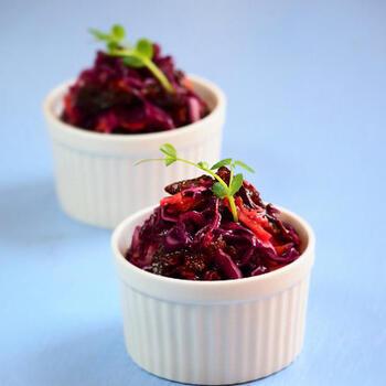 フランス語で千切りや細切りなどを意味する「ラペ」。キャロットラペが人気ですが、さらに紫キャベツとプルーンを加えればより華やかに。甘めの味付けなので野菜嫌いの子供もおいしくいただけます。