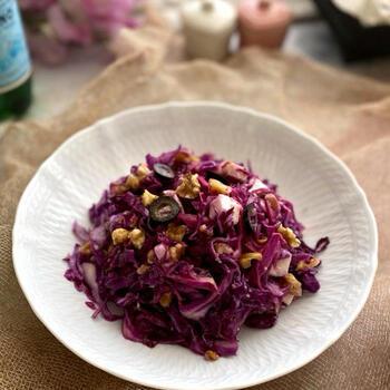 紫キャベツで作る具材たっぷりのコールスロー。くるみ、黒オリーブ、チーズ、さらに隠し味にいぶりがっこのタルタルソースまで入ったデリ風のコールスローは休日のブランチに似合いそう。