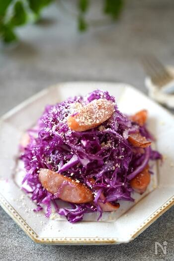 魚と紫キャベツも良いけど、子供が大好きなウインナーと一緒にサラダもおすすめ。おいしく作るポイントは、紫キャベツをウインナーが温かいうちに和えること。味がよく馴染んでよりおいしくいただけます。