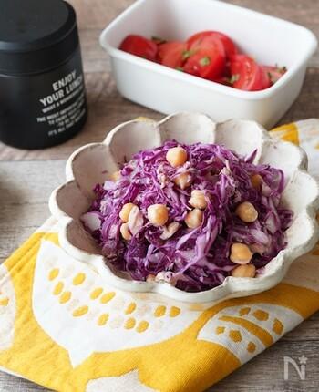 紫キャベツの色が苦手というお子様もおいしくいただける、子供も大好きなツナ入りサラダ。ヒヨコ豆も入り、よりボリュームも食感もアップし、和えてから水気をしっかり絞るので、お弁当に入れてもおいしさがキープされます。