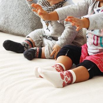 洗練されたデザインが特徴の「Bengt&Lotta(ベングト&ロッタ)」のソックスは1~3歳用。女の子でも男の子でも、性別を選ばず贈ることができるのも嬉しいです。スウェーデンでは靴下兼室内履きの出産祝いを贈るのは定番。