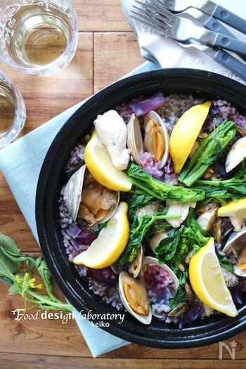 酸性のものに触れると紫キャベツは美しい赤紫色になる紫キャベツの特性を利用すれば、こんなサプライズレシピも。紫キャベツを使った紫色のパエリアを用意し、食べる前にレモンをかければキュートなピンク色に。家族のお祝いの席などでサプライズレシピとしていかがでしょうか。