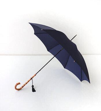 傘を開いたときにピンと張った傘地、そして細身のシルエットがとても綺麗で、持っているだけで気持ちを上げてくれます。スーツケースに収まるコンパクトなサイズも嬉しい!日傘としても使えますよ。