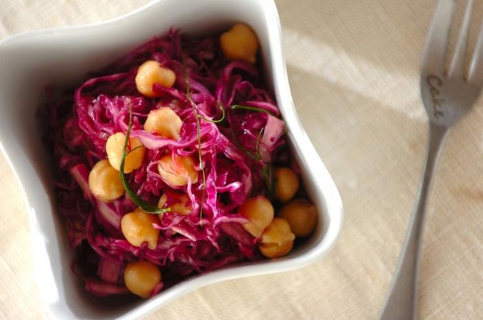 マリネ液はオリーブオイルとレモン汁でさっぱりですが、ヒヨコ豆を加えることで見た目と食感がよりアップし、お弁当に入れたり副菜にしたり、またはワインと一緒にいただいたり、あっという間になくなってしまいそう。