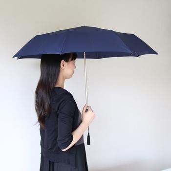 こちらは晴雨兼用傘になっているので、オールシーズン毎日のようにつかえるのが嬉しいですよね。ハンドルは木彫りのように見えてなんと樹脂製なので、汚れてもサッと拭けてお手入れも簡単です。
