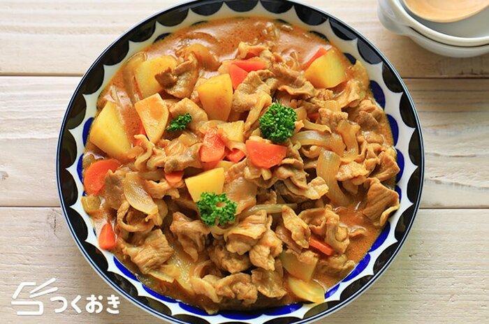 ぱぱっと作れるように工夫された時短ポークカレー。薄切り肉を使ったり、野菜を細かく切り、あらかじめレンジ加熱してから煮たりと、普段のカレー作りよりも火の通りが速いので、急な夕飯づくりなどにも最適です。