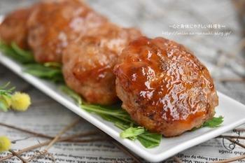 豚こま肉を細かく切ってつくるチーズハンバーグ。すりおろしたじゃがいもと混ぜてチーズを入れ、成形して蒸し焼きして完成です。じゃがいもが入ることでもちもちな食感になる、お弁当にもおすすめおかずです。