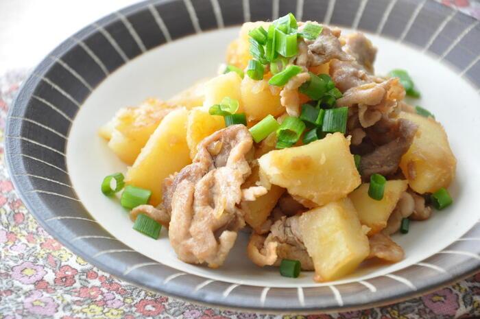 甘辛の調味料の味がよくしみた、じゃがいもと豚こまの甘辛炒め。豚の旨みとほくほく甘いじゃがいもがくせになる美味しさで、忙しい時のごはんづくりにもおすすめの時短レシピです。