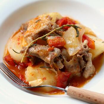 バルのメニューのような、豚薄切り肉を使用した煮込み料理。豚肉を炒めたあと、じゃがいもと玉ねぎ、さらに水やコンソメ等の調味料とプチトマトを入れて煮込み、バターを最後に入れて完成します。ローズマリー香るワインとも相性抜群の一皿。