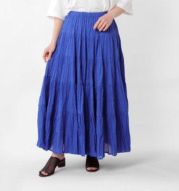 クリンクルシワ加工を施した生地に、ティアードデザインをあしらったロング丈のスカートです。しっかりと裏地がついているので、一枚で着ても透ける心配はありません。カジュアルやキレイめなど、テイストを選ばずに着こなせる優秀アイテムです。カラーは、ブルー・パープル・ゴールド・ブラックの4色展開です。