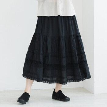 柔らかな質感が魅力の、コットンボイル素材を使用したティアードスカート。繊細な印象を与えるレースの切り替えデザインは、フェミニンな着こなしにもぴったりです。ミディ丈で、抜け感を演出できるのもポイント。カラーはブラック・ホワイト・グレーの3色から選べます。