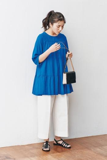 レーヨン混のリネン素材を使用し、涼しげな印象に仕上げたチュニックトップスです。パッと目を引く鮮やかなブルーが、暑い季節の爽やかコーデにもぴったり。パンツにもスカートにも合わせやすく、着まわしやすさも抜群の一枚です。