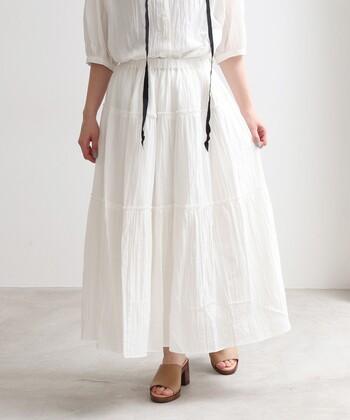 たくさんの生地を使い、ボリュームたっぷりに仕上げたティアードスカート。手作業に近い形でシワ加工を施しているので、一枚ごとにシワの出方が違うのも魅力のひとつです。大人かわいい印象のスカートなので、フェミニンやナチュラルコーデのスタイリングにもおすすめ。カラーはシロ・サックス・クロの3色です。