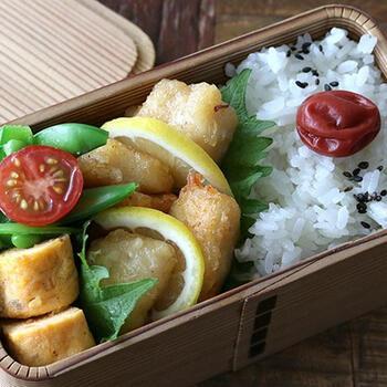 お弁当のおかずにもピッタリ♪タラの唐揚げです。天ぷら粉を使うことで、外はカリッと中はふわふわに仕上がります。味付けは麺つゆで簡単に。魚の苦手なお子さまにもぜひ試してほしいレシピです。