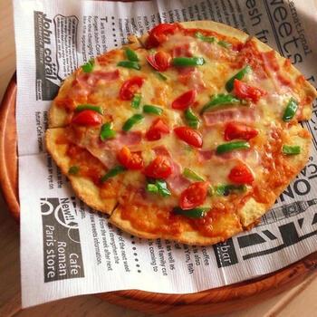 発酵なしで簡単!クリスピーピザです。生地は材料を全部混ぜるだけ。お好きな具材をトッピングして、オーブンで15分ほど焼いたら完成です。発酵要らずで時間がないときにも役立ちますよ。ぜひ焼き立てを召し上がれ♪