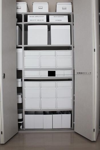 中身が見えないホワイトグレーのケースは、白浮きしない絶妙な色味も魅力!主張しすぎず、すっきりとお部屋に馴染んでくれます。