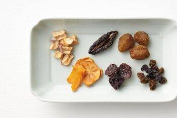 100%長野県産の果物を使ったドライフルーツ。砂糖やオイルなどの添加物を一切使っていない、無添加製法で作られているのが特徴です。収穫したての甘みや香りを、そのまま楽しめます。りんご・柿・プルーン・種なし巨峰・社員マスカット・シャルドネ&メルローの6種類展開。コーヒーや紅茶、お酒のちょっとしたおつまみにもぴったりです。