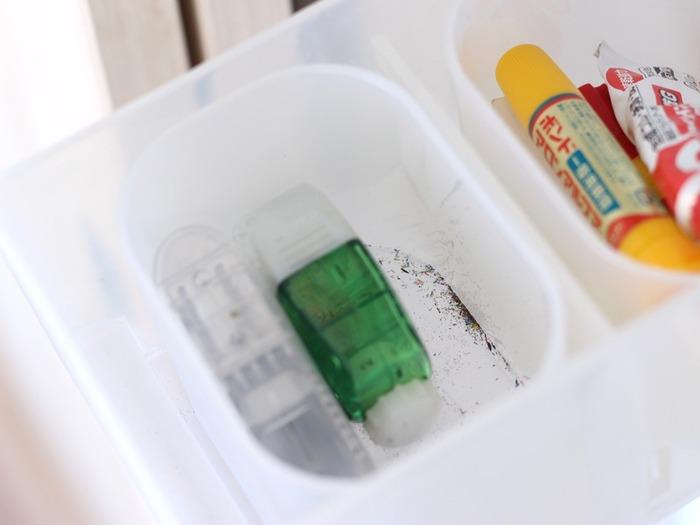汚れやすいものの収納に使えば、仕切るだけでなく掃除の手間を減らす効果も!汚れが気になったら、ケースごと取り出せばOK。浅型のポリプロピレンケースにぴったりのサイズです。