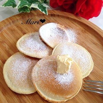 材料はたった3つ!朝食にもピッタリな天ぷら粉のパンケーキです。天ぷら粉の使い切りにもおすすめ。フルーツや生クリームを添えてもおいしそう。仕上げに粉糖、はちみつ、バターなど、お好きなものをトッピングして楽しんで◎