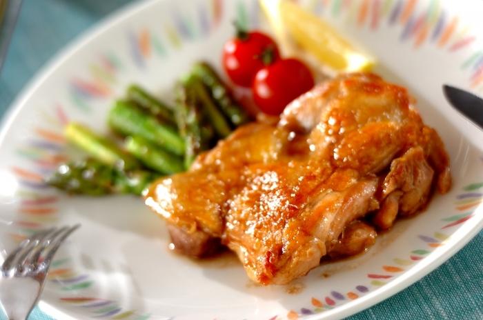 フルーティーな芳香が魅力のバルサミコソースを、鶏肉と合わせた一品。鶏肉のジューシー感が引き立ち、ごちそう感が楽しめます。鶏肉とアスパラをソテーするときに、ローズマリーを加えると、より香りよく仕上がります。