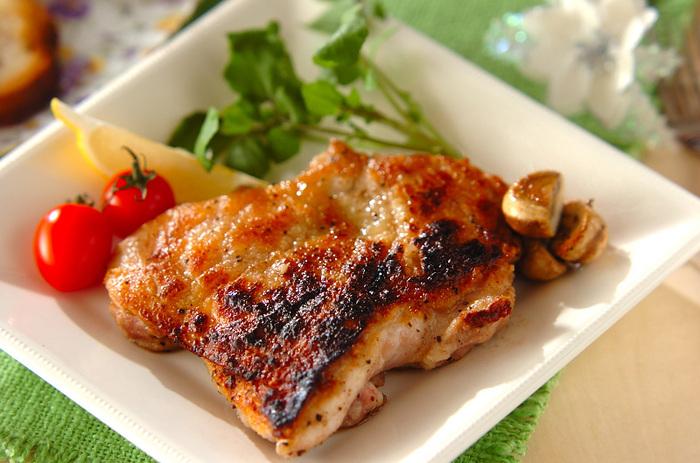 オールスパイスの香りをまとったスパイシーなチキンは、お酒が進むしっかりめの味わいです。マッシュルームは、鶏肉と一緒にソテーしているので、うまみたっぷりに仕上がります。肉料理と相性の良いクレソンやレモンをおしゃれに添えれば、彩りもバッチリ!