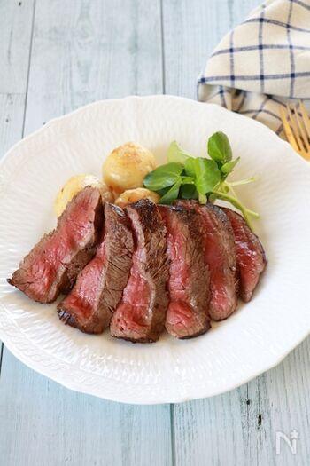 まずはじめに、ソテーの基本「ステーキ」の美味しい焼き方をマスターしましょう。厚めにカットされた牛肉は、なかなか火の通りにくいもの。中火でじっくりと時間をかけて加熱すれば、ご自宅でもしっとりジューシーなステーキを焼けるようになりますよ!