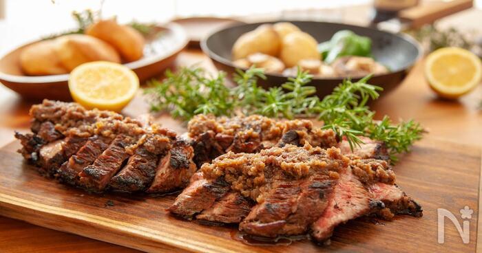お手頃価格の牛肉も、みじん切りの玉ねぎにじっくり漬け込んでから焼けば、やわらかくジューシーに仕上がりますよ!みじん切りにした玉ねぎは、焼く前に牛肉からしっかり剥がしてくださいね。最後に、調味料やバターを加えて玉ねぎソースを作ったら、食べる直前にたっぷりかけて召し上がれ♪
