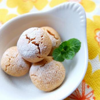 コロコロひと口サイズがかわいい♪きな粉のソフトクッキーです。きな粉ときび砂糖と米油を使って、ほっこりやさしい味に仕上げています。甘さ控えめなので、砂糖の量はお好みで調整して。日本茶やコーヒーにも合いますよ。