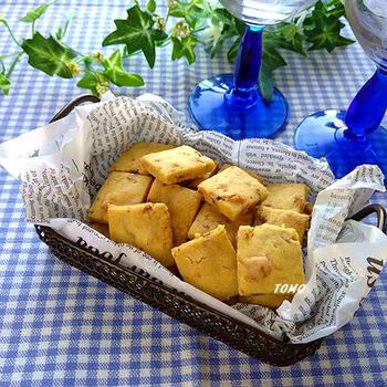 かき揚げの材料でクッキー!?おつまみにもなる小エビのチーズクッキーです。天ぷら粉と小エビを使った斬新アレンジレシピ。バターは使わずサラダ油でヘルシーに仕上げています。スライスチーズと粉チーズのダブルチーズのうま味が堪能できますよ。甘いのが苦手な方にもおすすめです。