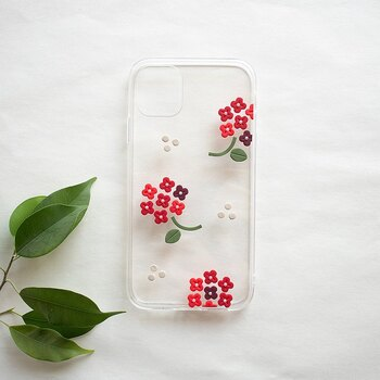 樹脂粘土を伸ばして、クッキーのように型抜きして作るパーツを貼り付けたスマホケースです。グラデーションで作った同じ形の花がとても可愛いですね。  樹脂粘土を使ったスマホケース作りは、小さい頃の粘土遊びのように、自由な発想で楽しめます。
