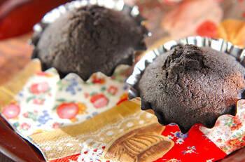 混ぜるだけで簡単!ココアパウダーを使った、シンプルなカップケーキです。材料を混ぜ合わせて、オーブンで20分ほど焼くだけでできちゃいます。お好みでクルミやチョコチップを加えてもOK。仕上げにデコレーションしても楽しめそう◎
