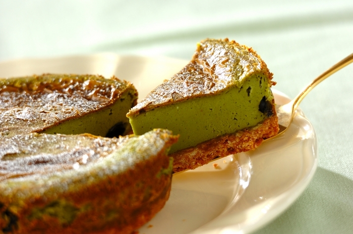 ビスケットを使った土台に抹茶とクリームチーズを合わせた生地の相性はばっちりです。生地に混ぜた黒豆の甘煮がアクセントに。冷蔵庫でよく冷やしてから召し上がれ。