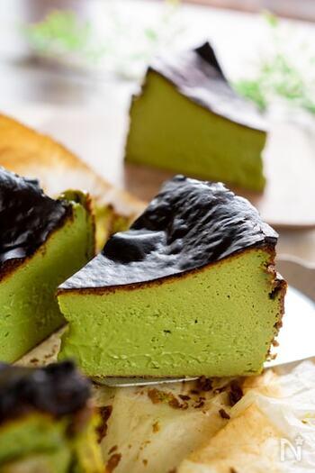 濃厚で香ばしバスク風チーズケーキと抹茶の風味がよく合います。焼き上がりはとろっと、冷めるとしっとり。濃い目のコーヒーと一緒にどうぞ。