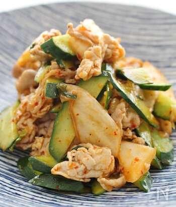 夏にはピリ辛のおかずが食べたくなりますよね。そんな時におすすめなのは、白菜キムチ・きゅうり・豚肉を使ったピリ辛の炒め物です。 材料のキムチと料理酒だけで味が決まるのがうれしい。豚肉に火が通れば、きゅうりはさっと炒めるだけなので、10分ほどで完成するレシピです。